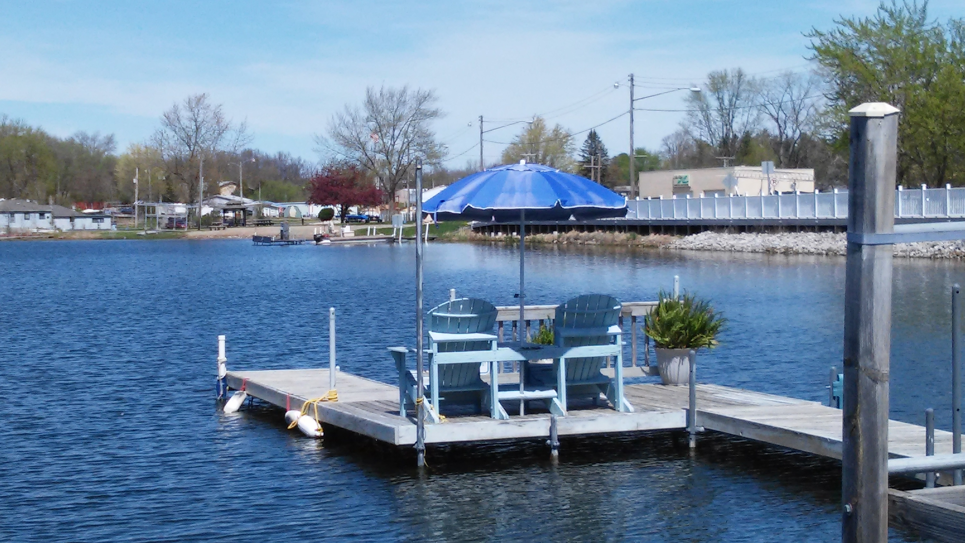 1 Bedroom Apt on Hamilton Lake w/ pier - 1 Bed, Upper Downtown, Lake View and Private Pier, Lots of Amenities, washer & Dryer, steps to the beach, walking distance to all downtown businesses, restaurants, grocery, bank, post office, dollar store, bait shop, golf cart friendly community, golf course less than 1 mile, park w/ tennis and basketball courts, miles of beautiful walking trails, farmers market